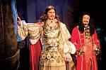 David Gránský v muzikálu Muž se železnou maskou hraje dvojroli – krále Ludvíka XIV. a Filipa.