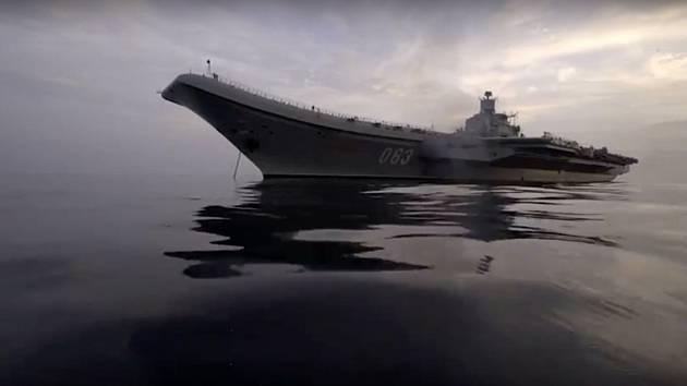 Na snímku ruského ministerstva obrany ruská letadlová loď Admirál Kuzněcov