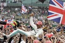 Britský jezdec Mercedesu Lewis Hamilton oslavuje vítězství ve Velké ceně Británie Formule 1 na okruhu v Silverstone.