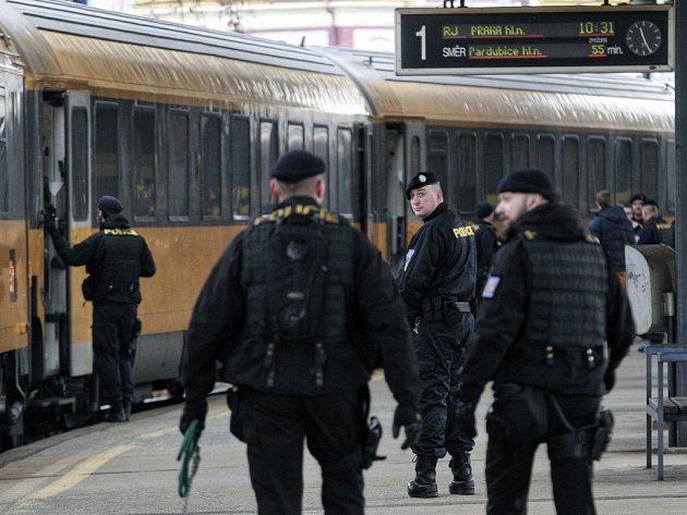 Policisté v celé republice před polednem zastavili vlaky některých přepravců kvůli hrozbě bombového útoku.