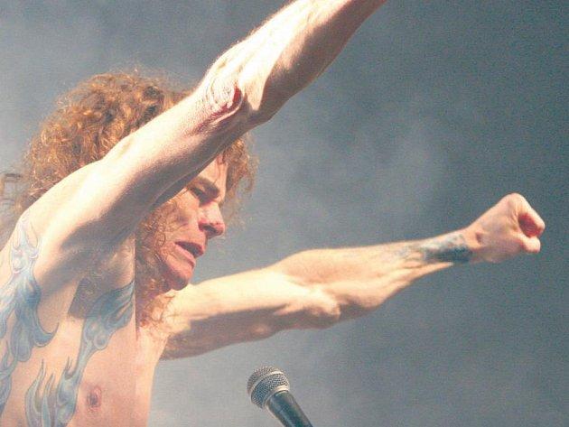 """Na pódiu. Over Kill v čele s Bobby """"Blitz"""" Ellsworthem se zlínským fanouškům představil i na poslední Metalmanii."""