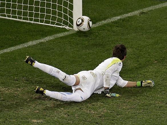 Gólman Uruguaye Fernando Muslera dělal co mohl, třem gólům ve vlastní sítě ale nezabránil.