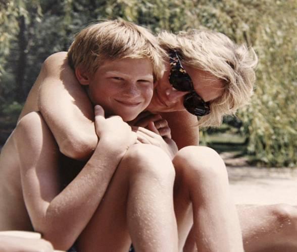 Princ Harry se svou mámou, princeznou Dianou