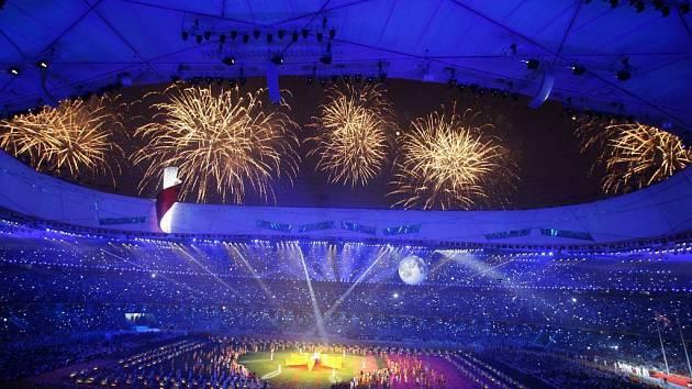 Závěrečný ohňostroj na stadionu známém jako ''ptačí hnízdo''.