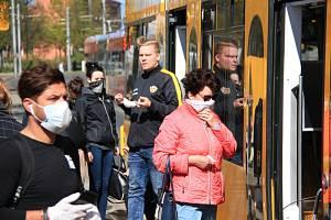 Cestující v tramvaji v Drážďanech