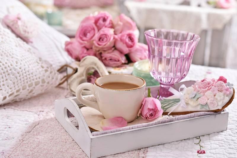 Porcelán, sklo a živé květiny vnášejí do interiéru něhu.