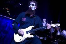 Kytaristu heavy metalové skupiny Slipknot Micka Thomsona ve středu bodl jeho bratr. Šlo patrně o opileckou hádku, při níž zranění utrpěli oba muži.