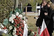 V neděli se uskutečnil smuteční ceremoniál na připomínku památky obětí pádu polského vládního letounu. Ten se u Smolenska na západě Ruska zřítil před půl rokem.