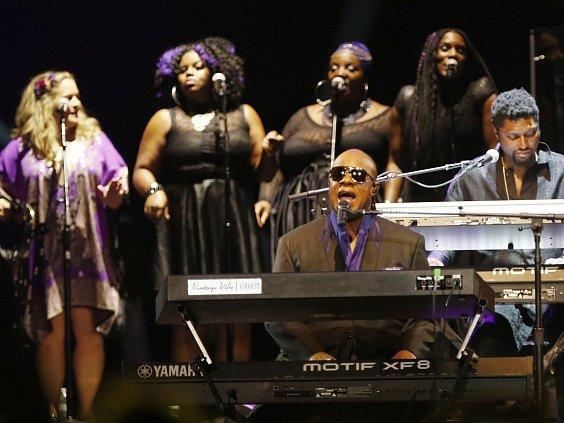 Wonder s Khanovou předvedli vyprodané hale za velkého ohlasu několik společných písní včetně Princova hitu 1999, který roztančil nadšené publikum.