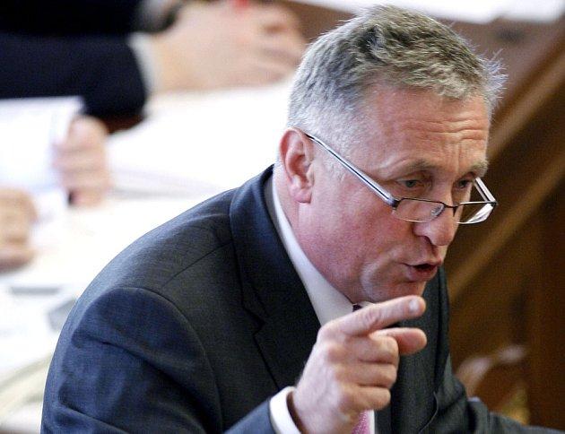 Mirek Topolánek oponuje Jiřímu Paroubkovi při zasedání sněmovny, která rozhoduje o vyslovení nedůvěry vládě.