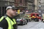 Vozidla bezpečnostních složek u místa incidentu v centru skotského Glasgow, kde útočník v hotelu ubodal tři lidi.