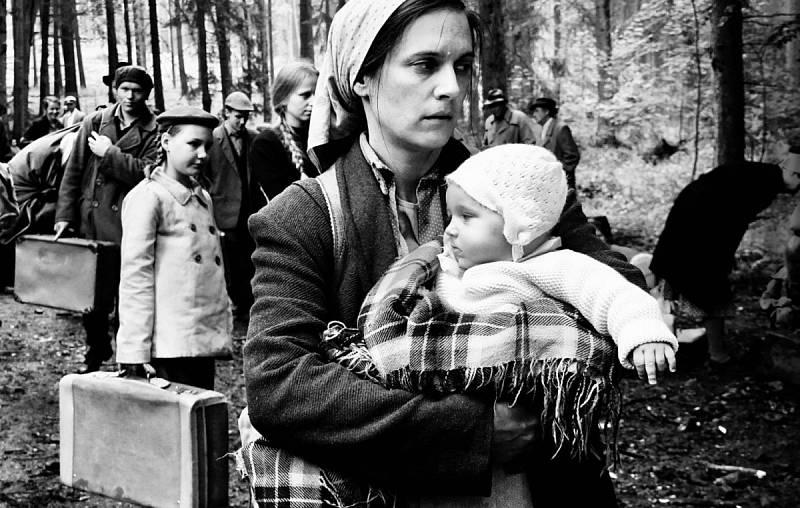 Vyhnání maminky Ferdinanda Korbela ve filmu Krajina ve stínu, miminko je Ferdinand Korbel.