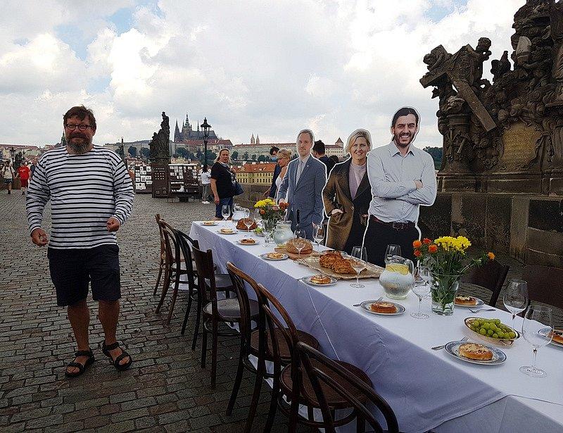 Srpnová oslava konce koronavirové epidemie na Karlově mostě se ukázala jako předčasná.