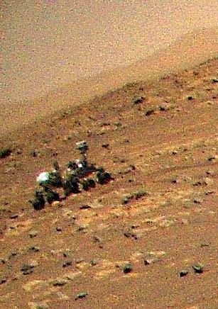 Helikoptéra Ingenuity zachytila svého souputníka na Marsu, vozítko Perseverance.