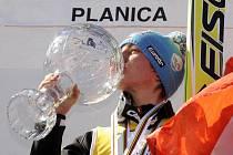 Rakoušan Gregor Schlierenzauer líbá svůj křišťálový globus pro nejlepšího skokana letošního seriálu SP.