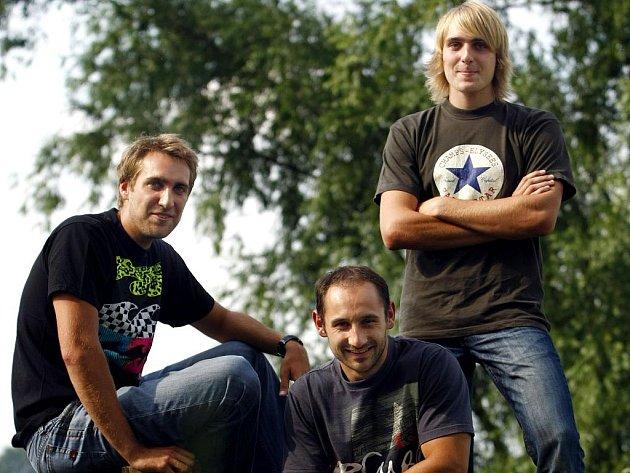 Bratři Petr (vlevo), David (uprostřed) a Tomáš Polákovi jezdí za pražský klub vodních sportů i na jedné posádce dračích lodí.
