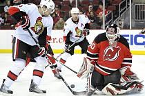 Na nového rekordmana NHL Martina Brodeura nevyzrál ani český útočník ve službách Ottawy Milan Michálek (v bílém).