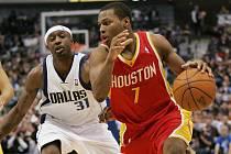 Rozehrávač Houstonu Kyle Lowry (vpravo) se snaží přejít přes bránícího Jasona Terryho z Dallasu.