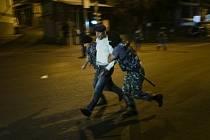Arménští ozbrojení opozičníci, kteří před dvěma týdny obsadili policejní stanici v Jerevanu, z ní propustili poslední rukojmí.