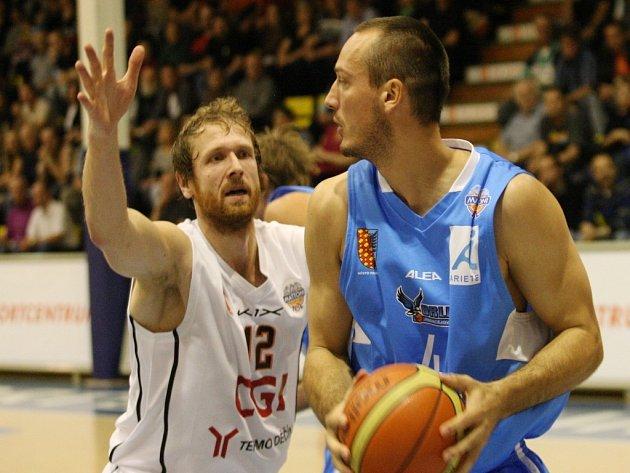 Basketbalisté Prostějova (v modrém) proti Děčínu.