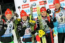 Česká štafeta (zleva) Ondřej Moravec, Veronika Vítková, Gabriela Soukalová a Michal Šlesingr se stříbrnými medailemi ze SP v Novém Městě na Moravě.