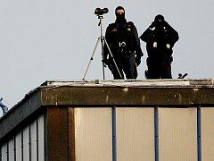 Ostřelovač hlídkuje na věži na starém ruzyňském letišti. Ilustrační foto.