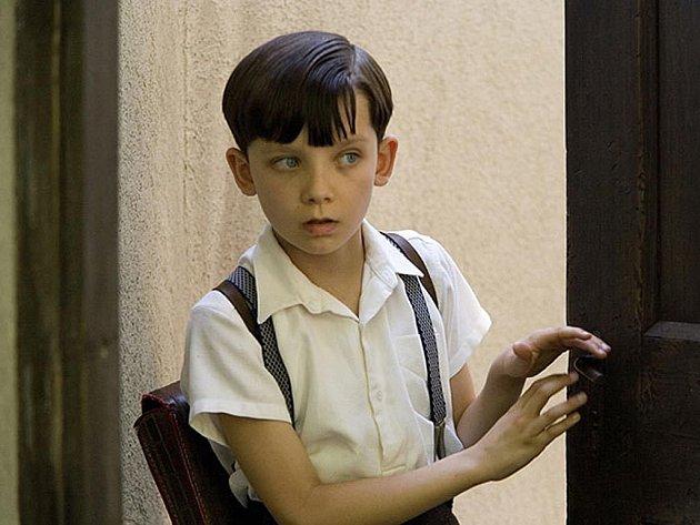 KLUK A VÁLKA. Bruno (Asa Butterfield) by rád prožil normální dětství. Ale v nacistickém Německu to není možné.