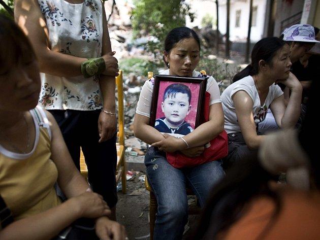 Nešťastní rodiče, jejichž děti zahynuly v troskách zřícených škol, chtějí sedět u jejich trosek tak dlouho, dokud nebude spravedlnosti učiněno zadost.