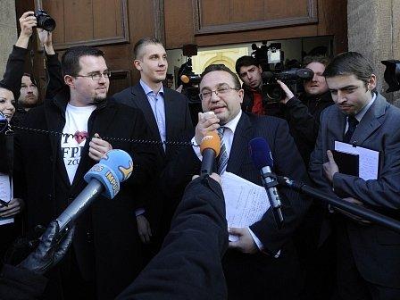 Ministr školství Josef Dobeš (VV) oznámil 9. března v Praze demonstrujícím studentům, že prodloužil Právnické fakultě Západočeské univerzity (ZČU) akreditaci do roku 2016.