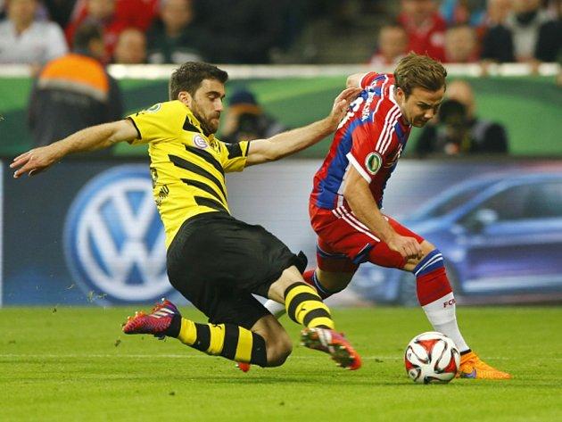Mario Götze z Bayernu Mnichov (vpravo) a Sokratis z Dortmundu.