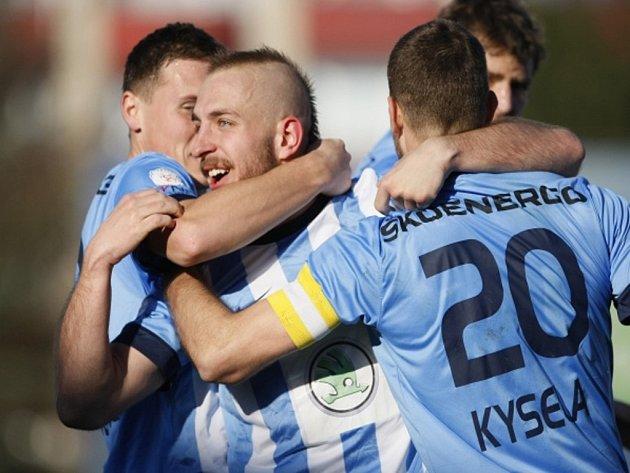 Jiří Skalák z Mladé Boleslavi (uprostřed) se raduje z gólu proti Českým Budějovicím.