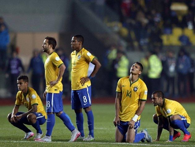 Zklamaní fotbalisté Brazílie během penaltové loterie ve čtvrtfinále jihoamerického šampionátu proti Paraguayi.