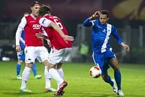 Djika Douglas z Liberce (vpravo) se snaží obehrát hráče Alkmaaru.