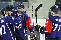 Tomáš Bulík z Liberce (vlevo) se raduje s Petrem Jelínkem (uprostřed) a Jakubem Valským z gólu proti Kolínu nad Rýnem.