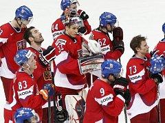 Zklamaní čeští hokejisté po porážce se Slovenskem v semifinále mistrovství světa.