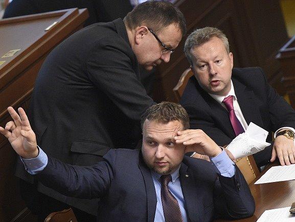 Zleva ministr obchodu a průmyslu Jan Mládek, ministr zemědělství Marián Jurečka a ministr životního prostředí Richard Brabec na schůzi Poslanecké sněmovny.