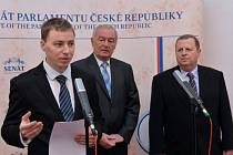 Místopředseda Senátu Přemysl Sobotka (uprostřed) a předseda petičního výboru Jaromír Jermář (vpravo) převzali 18. března v Praze z rukou Michala Majznera (vlevo) petici s názvem Prezidente odejděte.