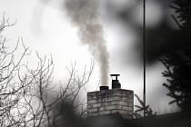 Smog, komín, kouř, znečištěné ovzduší, ekologie, topení - ilustrační foto