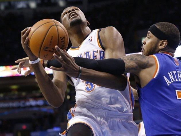 Kevin Durant z Oklahomy (vlevo) se prosazuje přes Carmela Anthonyho z New York Knicks.