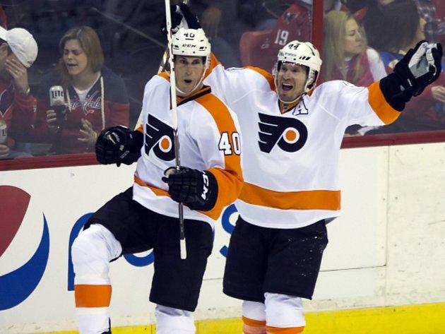 Hokejisté Philadephie Vincent Lecavalier (vlevo) a Kimmo Timonen se radují z gólu proti Washingtonu.