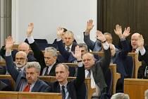 Polský Senát schválil kritizovaný zákon o ústavním soudu.