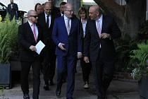O atraktivitě České republiky jako filmové destinace se 4. dubna premiér Bohuslav Sobotka (uprostřed) v Los Angeles snažil přesvědčit zástupce šesti předních amerických filmových společností.