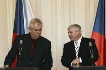 Prezident Miloš Zeman (vlevo) a premiér Jiří Rusnok vystoupili 24. září v Praze na tiskové konferenci k situaci kolem Dolu Paskov.