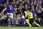 Brankář Chelsea Petr Čech chytá penaltu Leightona Bainese z Evertonu.