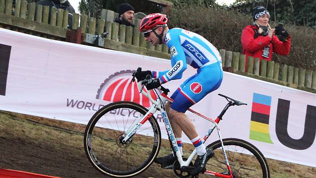 Závod mužů na světovém šampionátu v cyklokrosu v Dánsku. Michael Boroš s číslem 28, Tomáš Paprstka 30.