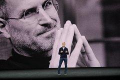 Ani tentokrát nechyběly četné zmínky o Stevu Jobsovi, po němž je nový sál v moderním sídle Applu pojmenován