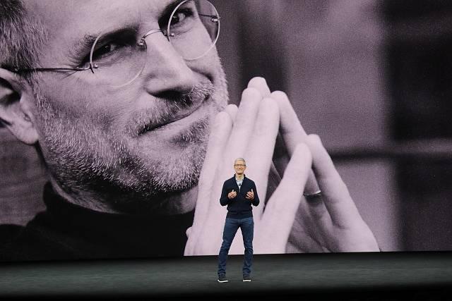 Současný šéf Applu Tim Cook před projekcí s podobiznou zakladatele firmy Steva Jobse