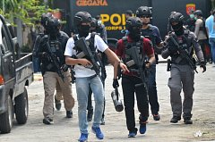 Zásah policistů po jednom z teroristických útoků v Indonésii.