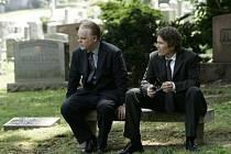 BRATŘI. Andy (Philip S. Hoffman) a Hank (Ethan Hawke) na pohřbu své matky, jejíž smrt nepřímo zavinili.
