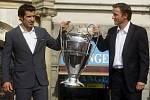 Portugalská fotbalová hvězda Luís Figo (vlevo) a Vladimír Šmicer představili na Staroměstském náměstí v Praze trofej pro vítěze fotbalové Ligy mistrů.